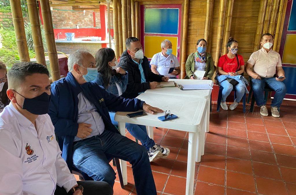 José Manuel Cortés Orozco, director general de la CRQ, en compañía del alcalde de Filandia, Jaime Franco Alzate, se encuentra reunido con representantes comunitarios de la vereda La India.